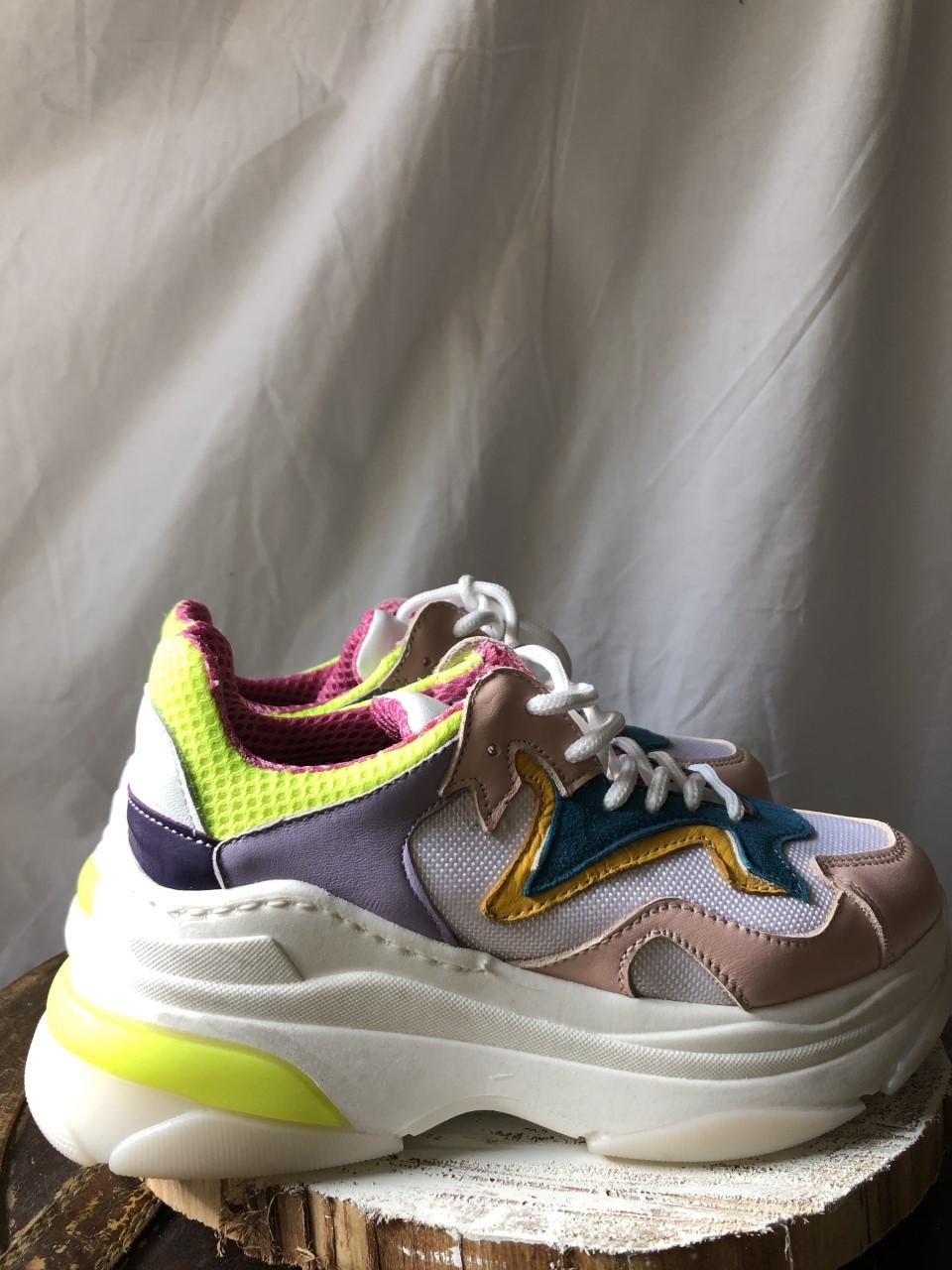 Sneakers particolare - laterale